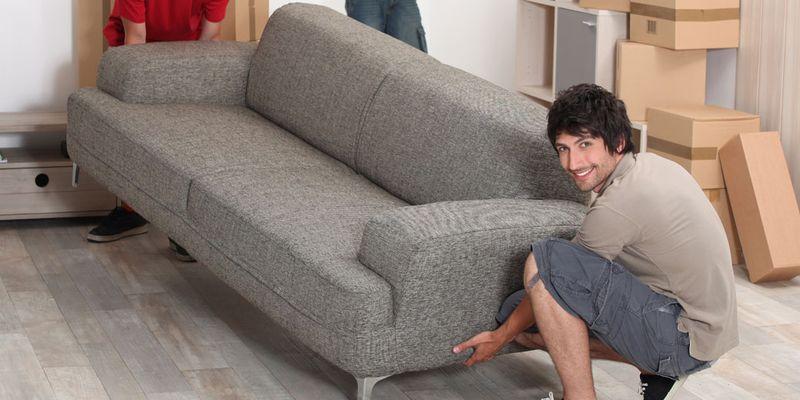 bútorszállítás: 2 srác kanapét költöztet
