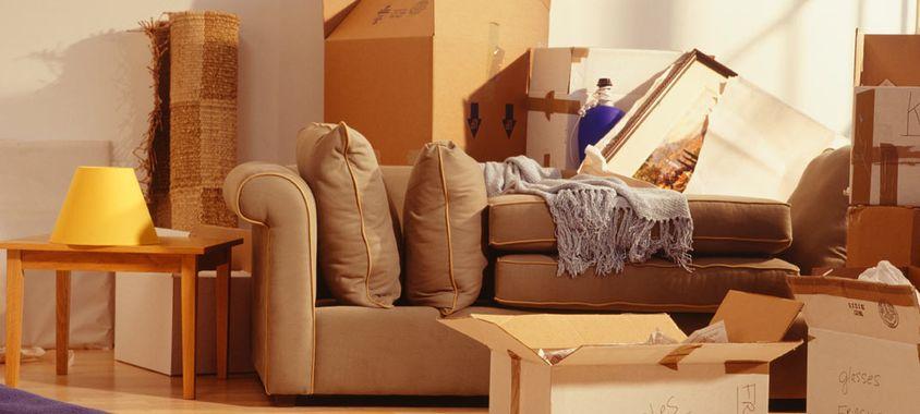 olcsó belföldi költöztetés előtt dobozok felhalmozva